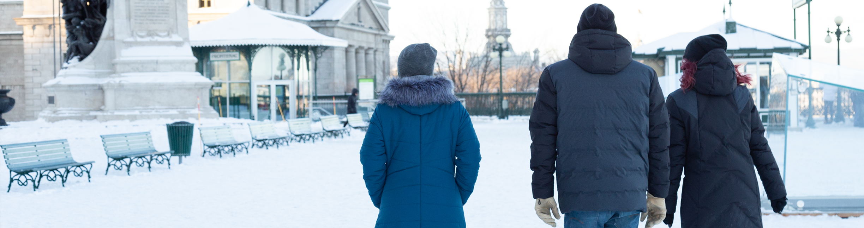Header avec trois modèles portant des manteaux Alizée