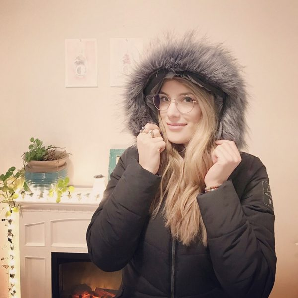 Amélie No portant un manteau Alizée