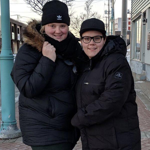 Debbie Lynch-White et Marina Gallant portant des manteaux Alizée