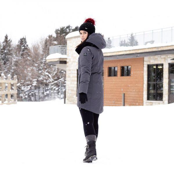 Modèle portant un manteau Alizée