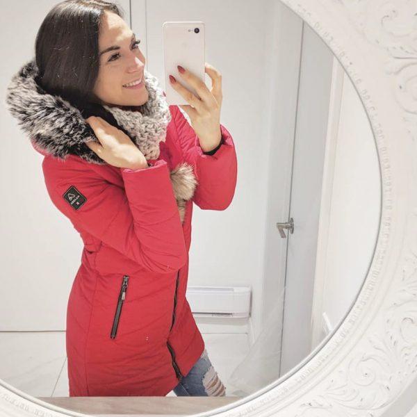 Maman Caféine portant un manteau Alizée