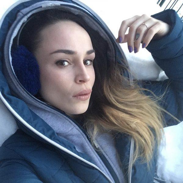 Sabrina Sabotage portant un manteau Alizée