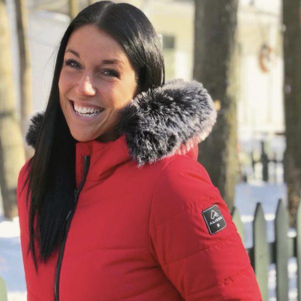 Sarah Charbonneau portant un manteau Alizée