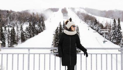 Modèle portant un manteau Alizée, pour femmes