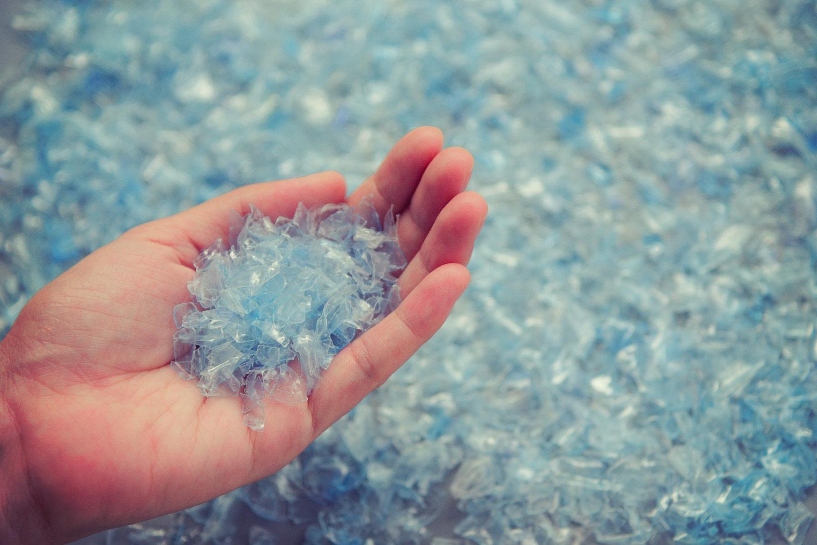 Photo de particules de bouteilles utilisée pour les manteaux alizée recyclés - Shredded Plastic bottles Jackets Alizée