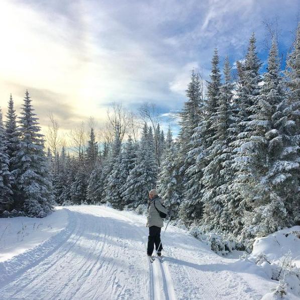 Photo d'une skieuse au Sentier des Caps
